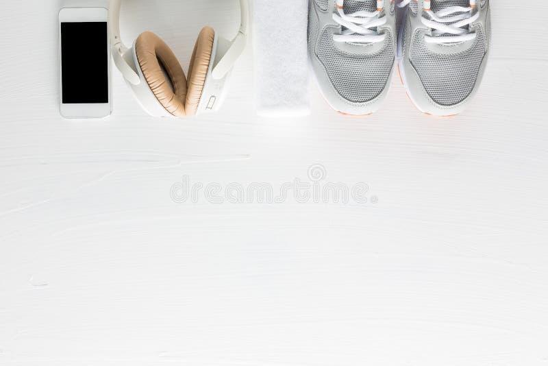 健身辅助部件平的位置在白色木背景的 Runn 库存图片