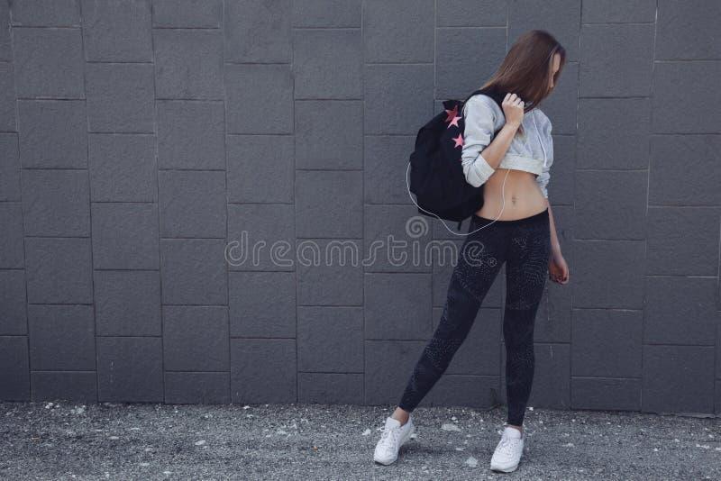健身运动的女孩佩带的时尚衣裳 库存照片