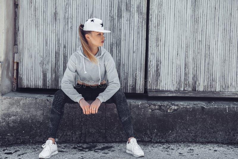 健身运动的女孩佩带的时尚衣裳 免版税库存图片