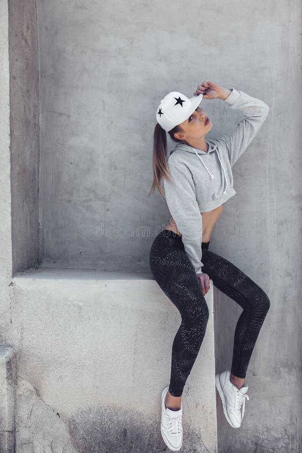 健身运动的女孩佩带的时尚衣裳 免版税库存照片