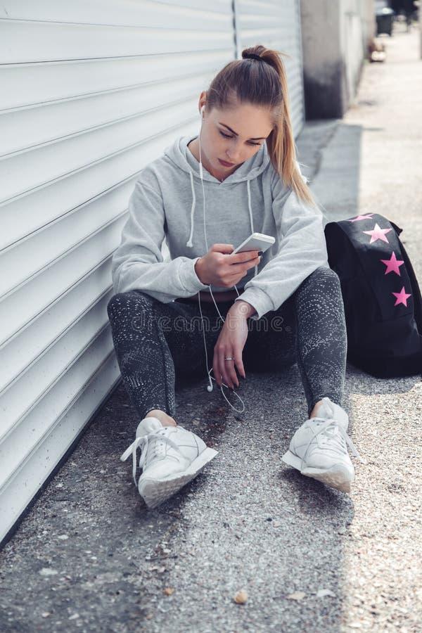 健身运动的女孩佩带的时尚衣裳 库存图片