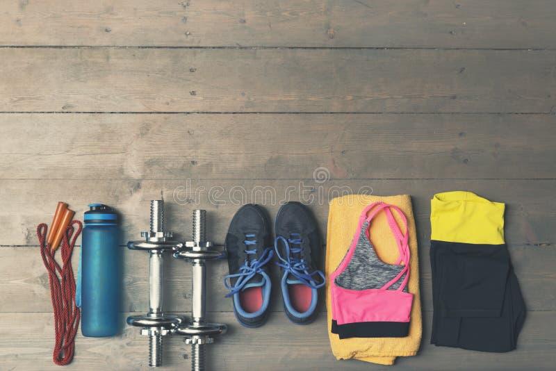 健身,在木地板上的健身房设备顶视图  图库摄影