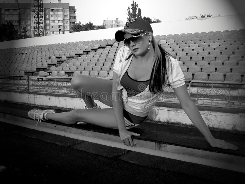 健身,训练,女孩有休息在平衡凹凸部以后 免版税库存图片