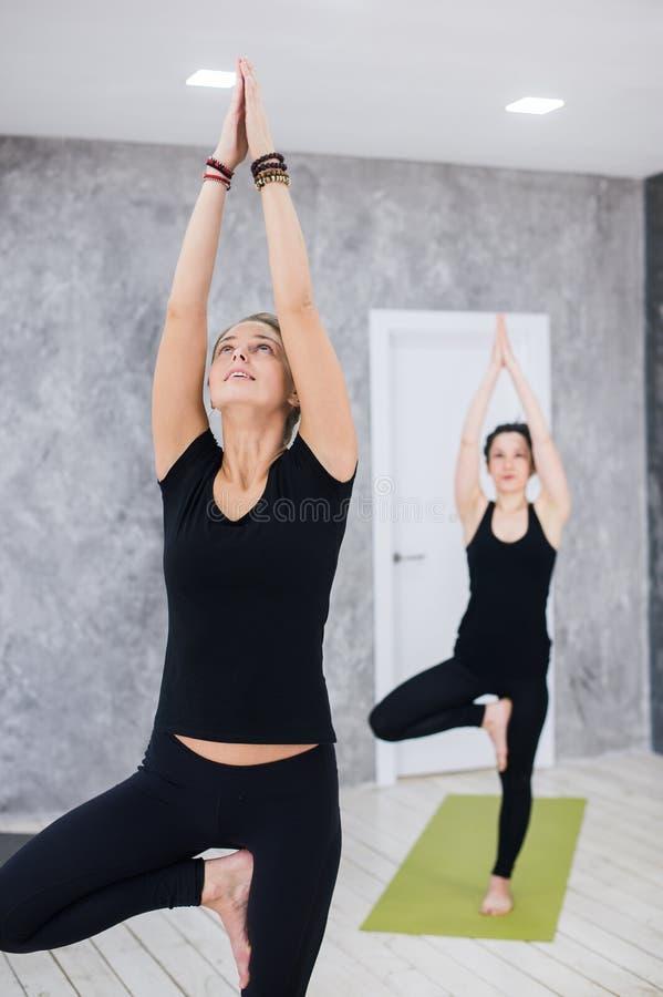 健身类和辅导员画象用手在锻炼演播室加入了 库存照片