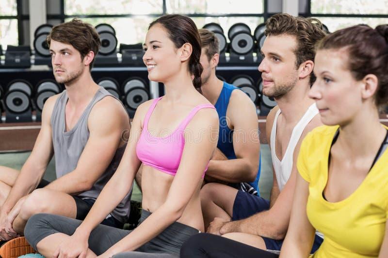 健身类坐地板 免版税图库摄影