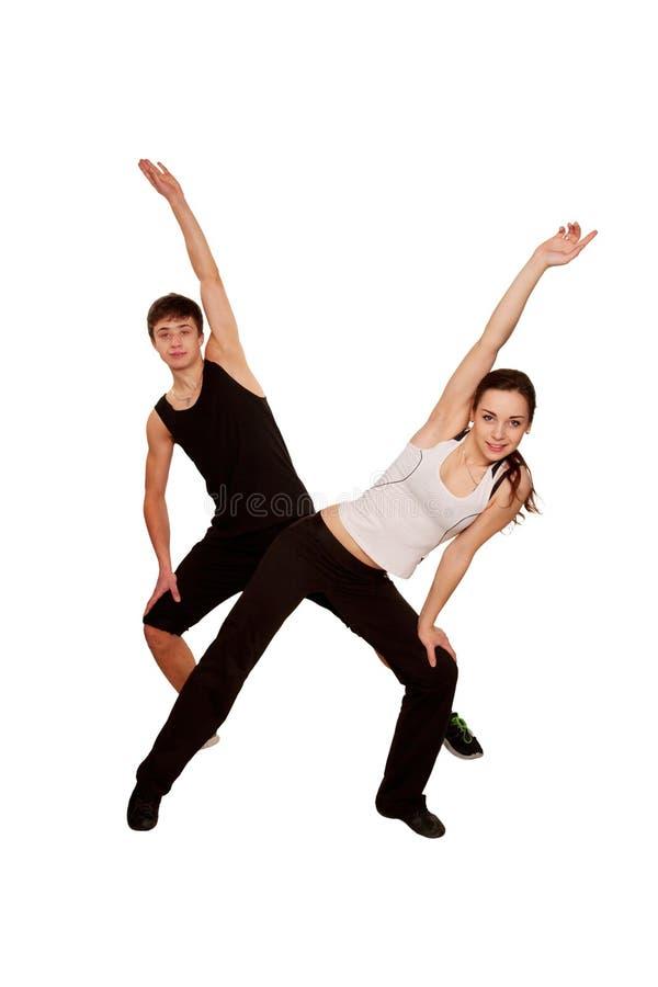 健身锻炼。一起做锻炼的男孩和女孩。 免版税库存照片