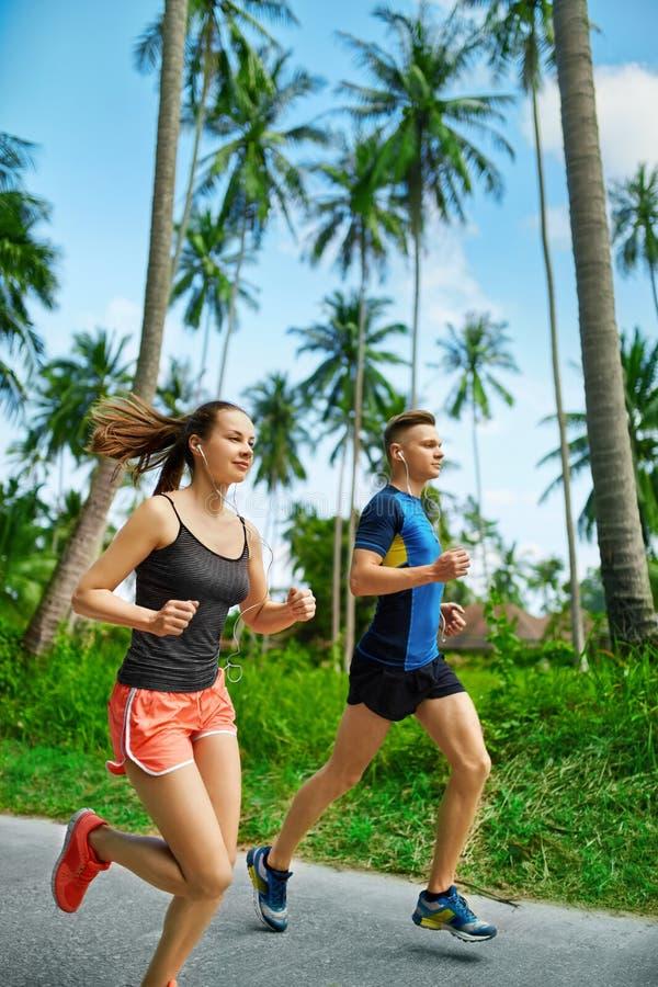 健身 适合的运动夫妇赛跑 赛跑者跑步 体育运动 H 免版税图库摄影