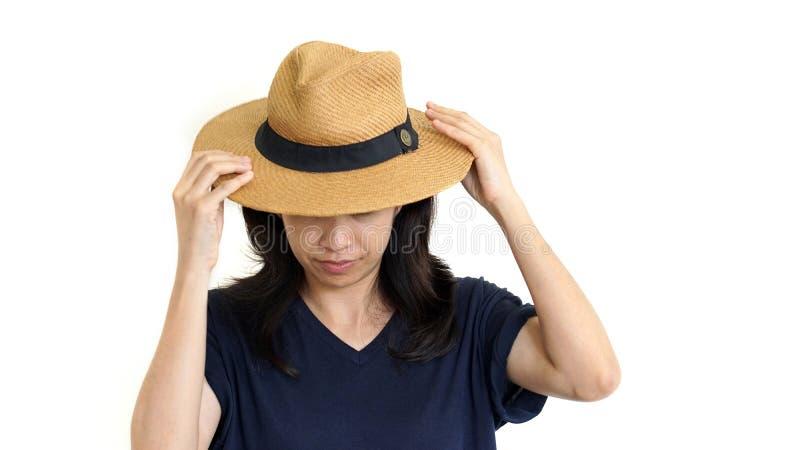 偶然东南亚掩藏她的翻倒emotio的女孩佩带的帽子 免版税库存照片