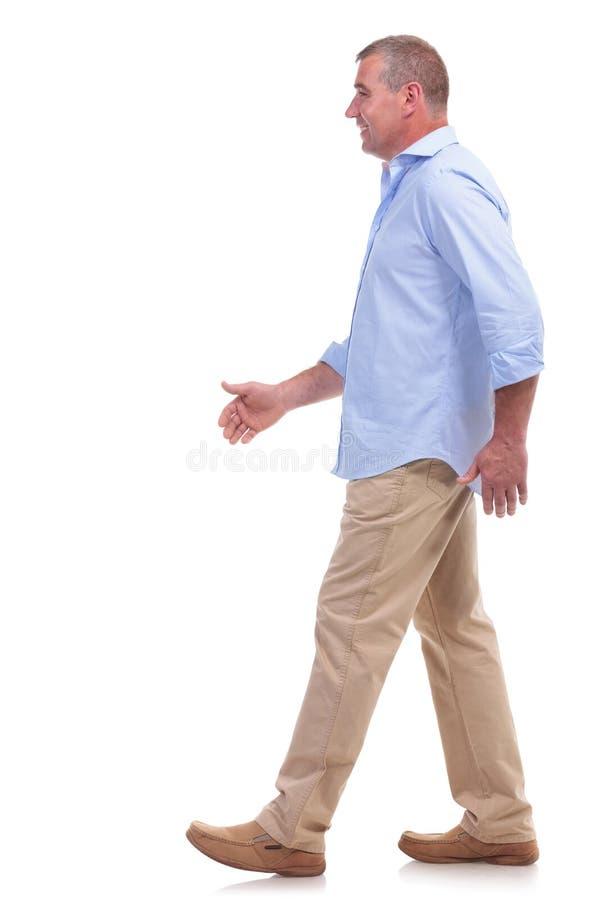 偶然中部漫步年迈的人 免版税库存照片