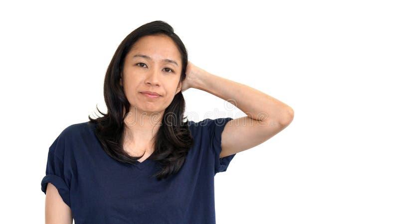 偶然亚洲女孩白色背景微笑的面孔与放松发球区域s 免版税库存图片