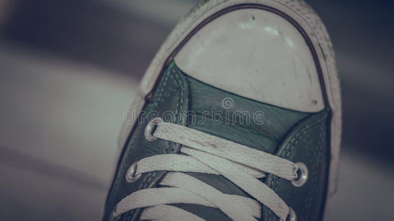 偶然人蓝色皮革运动鞋 免版税库存图片