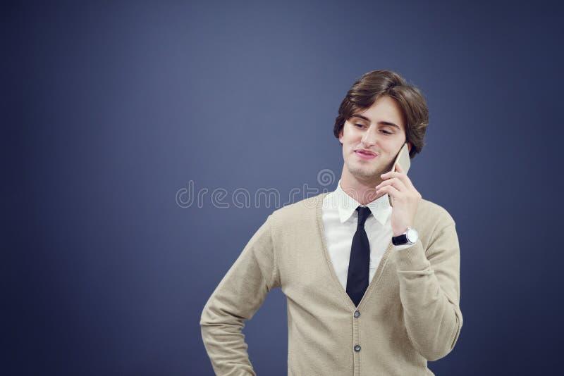 年轻偶然人谈话在白色背景隔绝的电话 免版税图库摄影