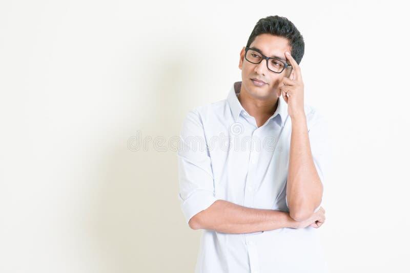 偶然企业印地安男性严肃的想法 免版税库存照片