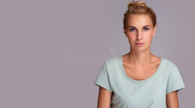 偶然俏丽的妇女佩带的T恤杉 查出 库存照片