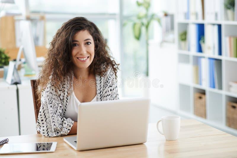 Download 偶然女商人 库存照片. 图片 包括有 妇女, 商业, 执行委员, 开会, 微笑, 技术, 办公室, 企业家 - 62529170