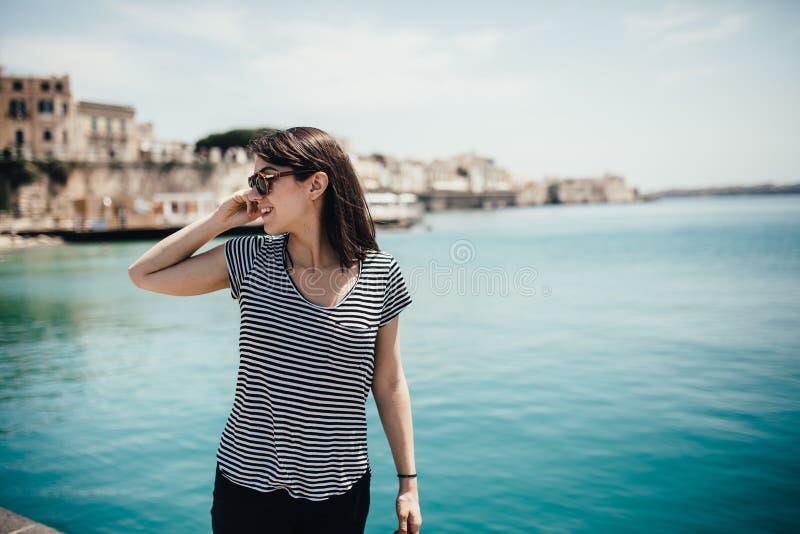 偶然女性旅游参观的意大利 妇女在西勒鸠斯,西西里岛 西勒鸠斯,Ortigia海岛老镇访客 在s的旅行目的地 免版税库存照片