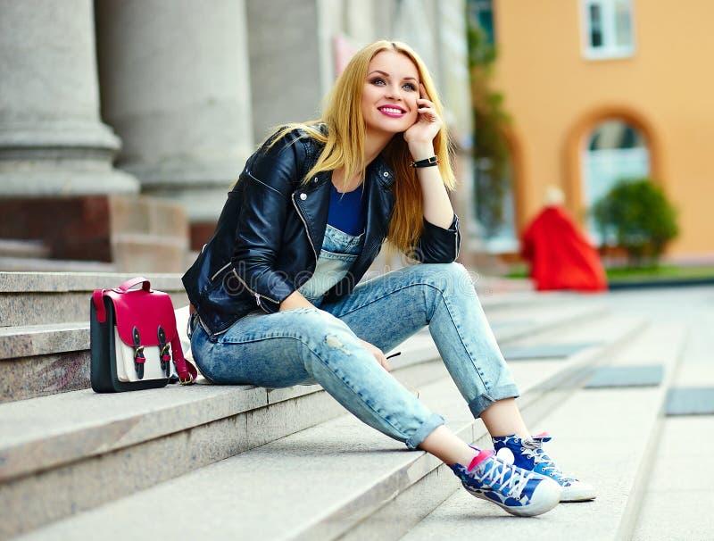 偶然布料的时髦的微笑的女孩在城市公园 免版税图库摄影