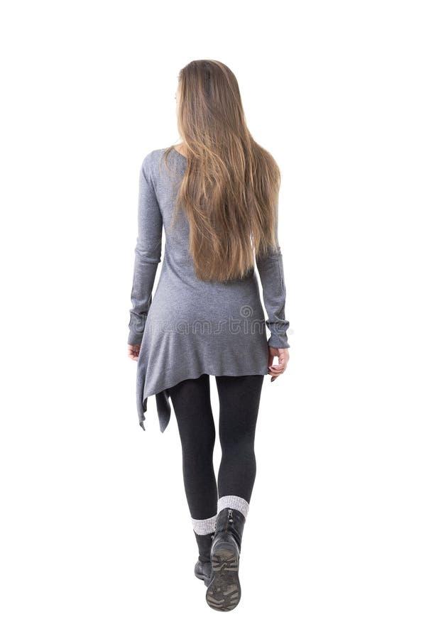 偶然年轻时髦的妇女背面图有长流动的头发离开的 免版税库存图片