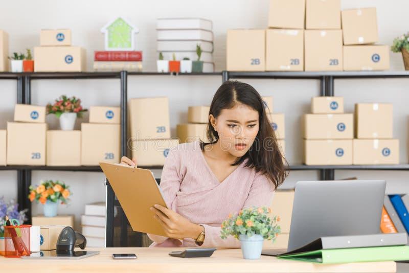 亚裔企业夫人在办公室 免版税库存图片