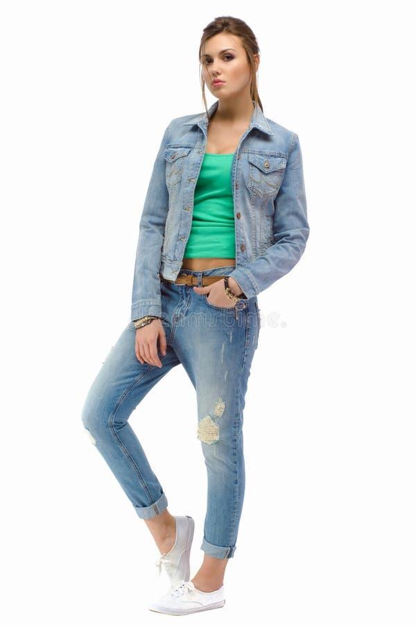 年轻偶然站立在演播室的时尚美丽的女孩 图库摄影