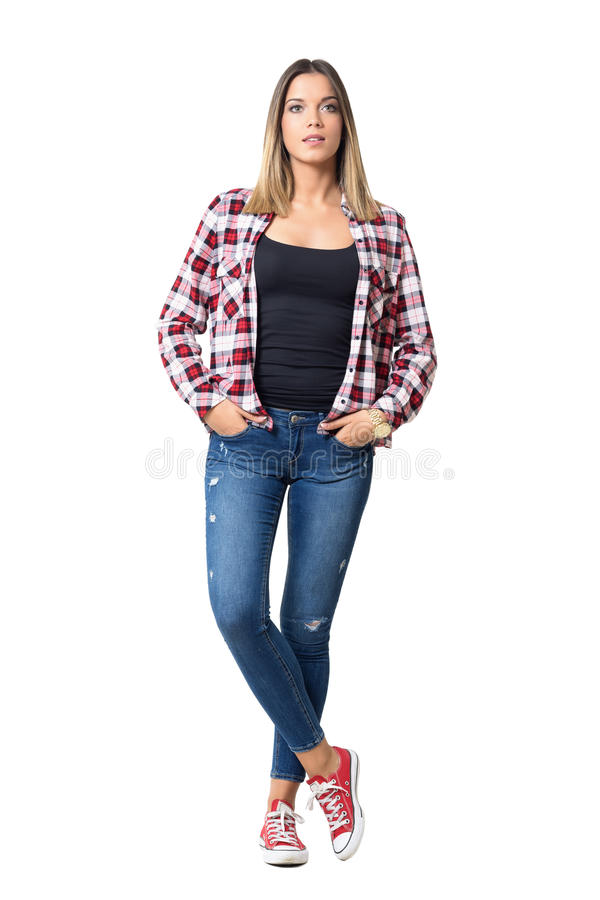 年轻偶然美丽的妇女正面图用在看照相机的口袋的手 库存照片