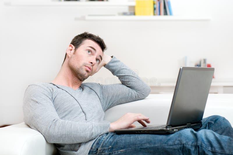 偶然膝上型计算机人沉思工作 图库摄影
