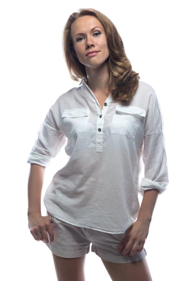 偶然衬衣的微笑的妇女 免版税库存照片