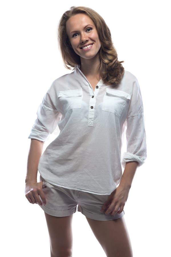 偶然衬衣的微笑的白肤金发的妇女 库存图片