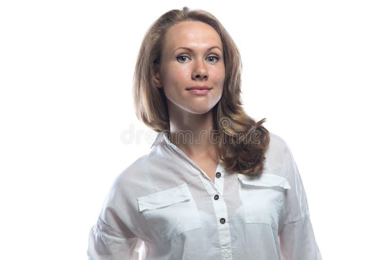 偶然衬衣的欢迎白肤金发的妇女 免版税图库摄影