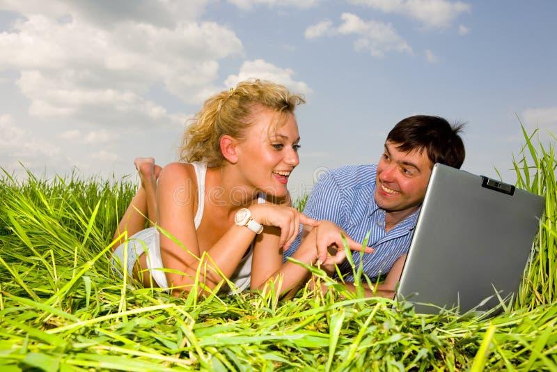 偶然计算机夫妇愉快的膝上型计算机&# 库存图片