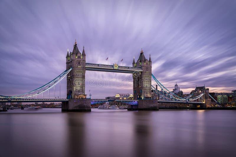 偶象塔桥梁在伦敦,英国 库存照片