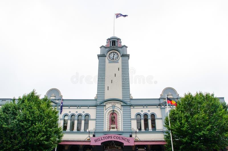 偶象小山顶地区理事会战士纪念塔在镇的中心 免版税库存照片