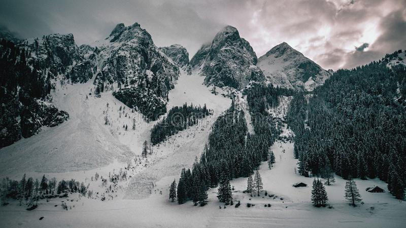 偶象山在湖附近冠上在奥地利阿尔卑斯 免版税库存照片