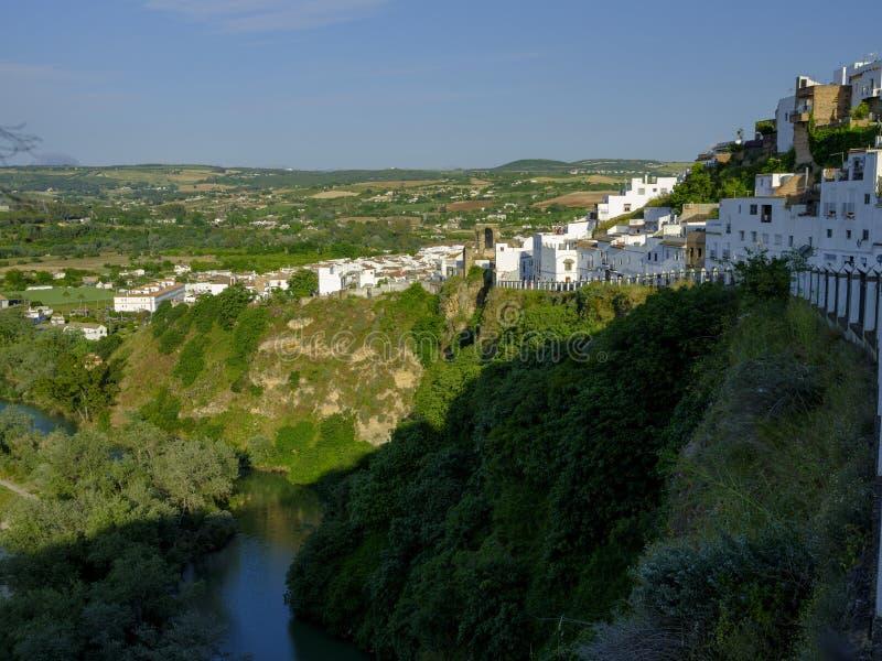 傍晚落在卡约埃尔考斯德拉弗龙特拉,安达卢西亚,西班牙镇的日落光  库存照片