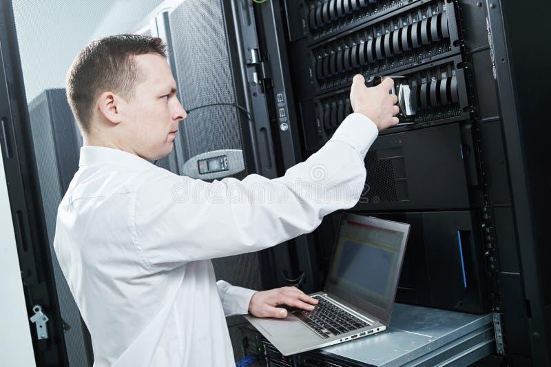 储存品保养 服务工程师在服务器屋子里 库存图片