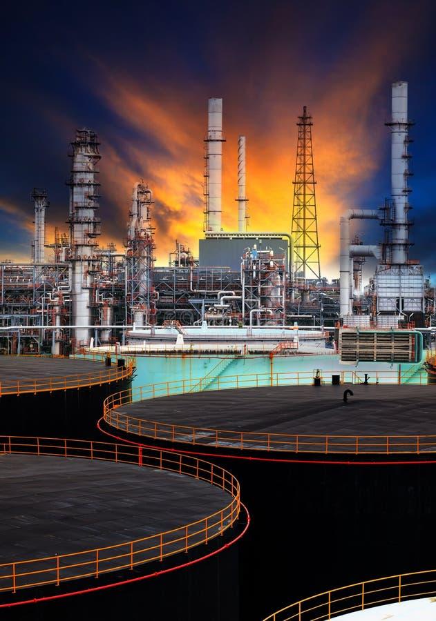 储油坦克和石油化学的精炼厂用途能量可燃气体和石油题目的 库存照片