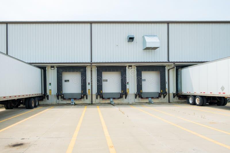 储藏与53只脚干燥van trailers的大厦支持入doc 库存照片