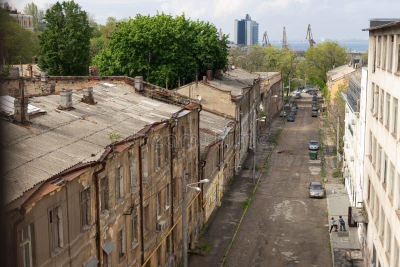 傲德萨海口的看法通过老城市的街道 Devolanovsky下降 傲德萨 r 免版税图库摄影