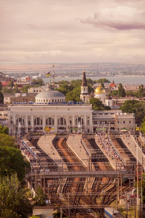 傲德萨,乌克兰,2019 6月10日,视图城市的中央火车站的高度 从其他城市的许多人留下tr 免版税库存照片
