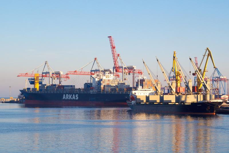 傲德萨,乌克兰- 2017年输入其中一个最繁忙的口岸的1月02日货船在世界上,傲德萨 免版税图库摄影