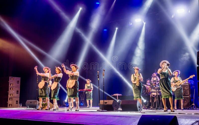 傲德萨,乌克兰- 2019年3月17日:明亮的音乐展示自由爵士乐 在阶段的美丽的女性爵士乐队在明亮的音乐爵士乐 免版税库存图片