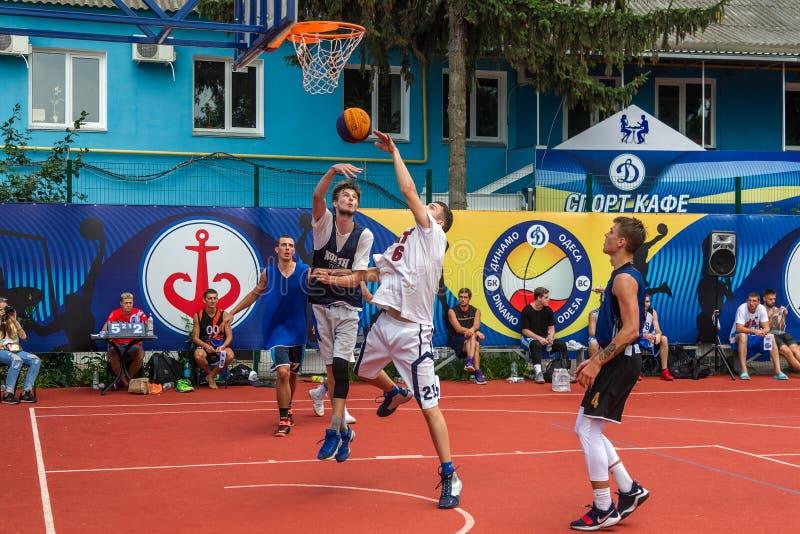 傲德萨,乌克兰- 2018年7月28日:青少年在3x3 streetball冠军期间的戏剧篮球 青年人戏剧街道basketba 库存图片