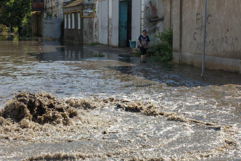 傲德萨,乌克兰2018年7月-3 :驾驶在一条被充斥的路的汽车在雨造成的洪水期间猛冲 在水的汽车浮游物,充斥st 免版税库存图片