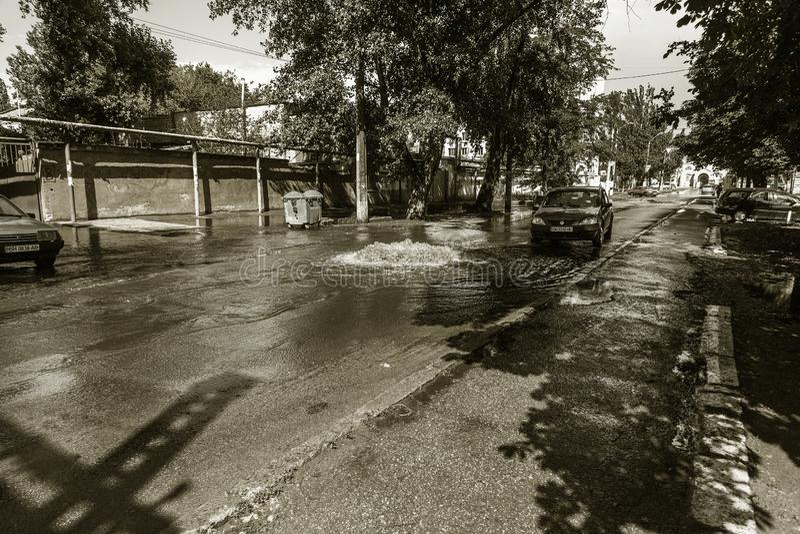 傲德萨,乌克兰2018年7月-3 :驾驶在一条被充斥的路的汽车在雨造成的洪水期间猛冲 在水的汽车浮游物,充斥st 免版税库存照片