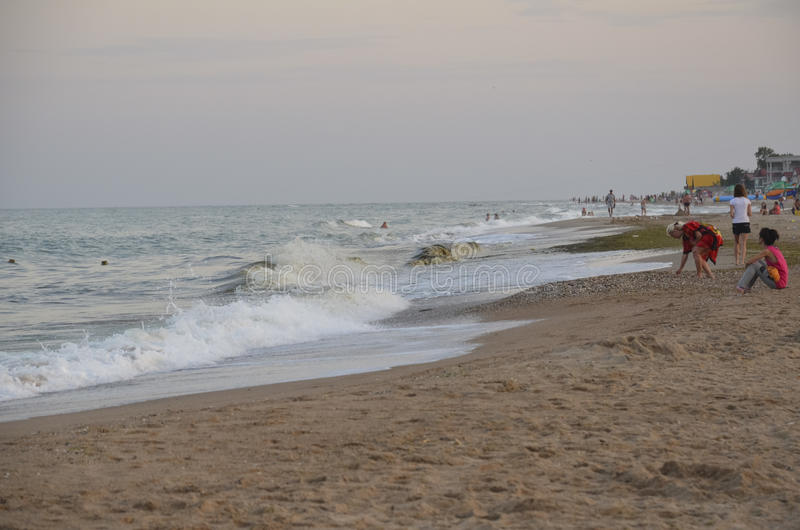 傲德萨,乌克兰- 2014年7月29日:放松在黑海的沙滩的未认出的人民在傲德萨 免版税库存照片