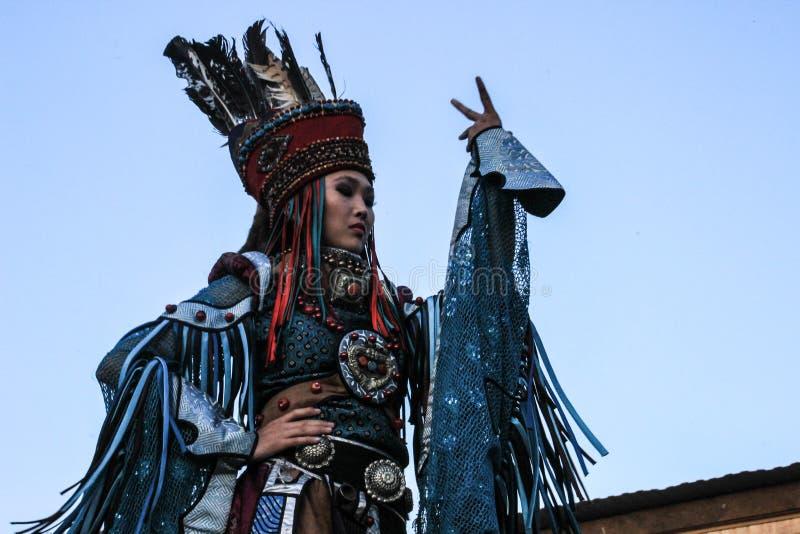 僧人和巫婆服装舞蹈的蒙古妇女在山的阶段 Tyva民间舞 库存照片