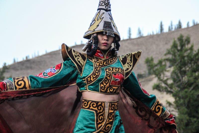 僧人和巫婆服装舞蹈的蒙古妇女在山的阶段 Tyva民间舞 免版税图库摄影
