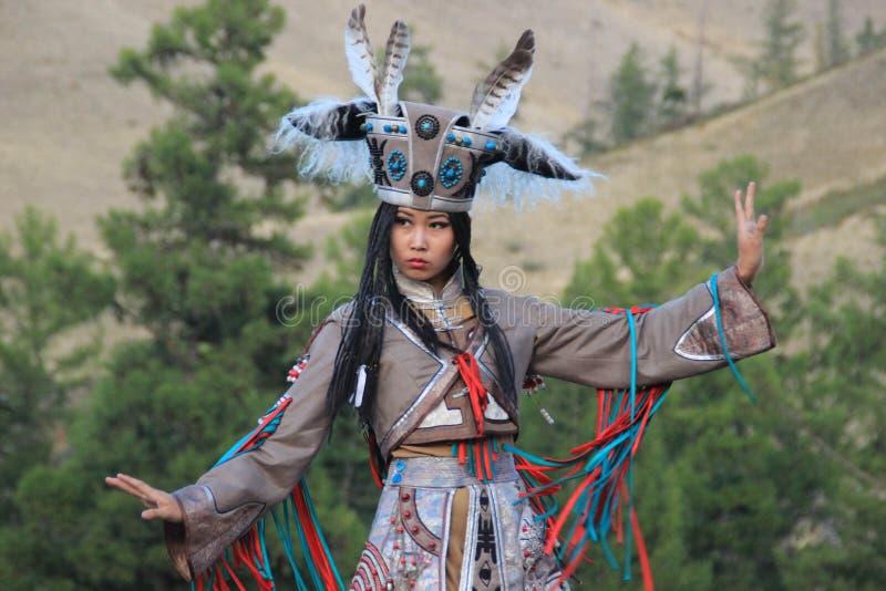 僧人和巫婆服装舞蹈的蒙古妇女在山的阶段 Tyva民间舞 图库摄影