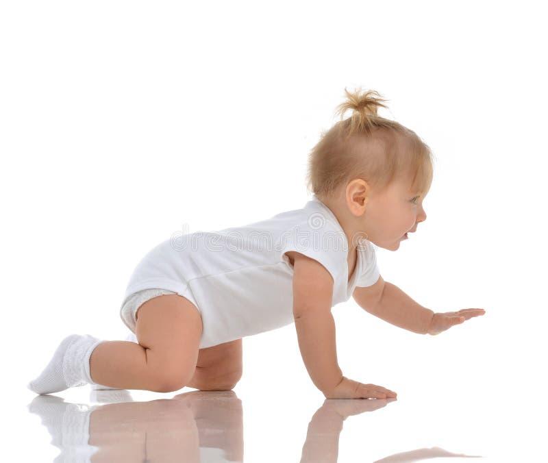 婴儿儿童女婴小孩爬行的愉快看直接 库存图片