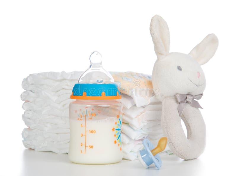 婴儿堆尿布,乳头soother,装豆子小布袋兔宝宝 库存照片